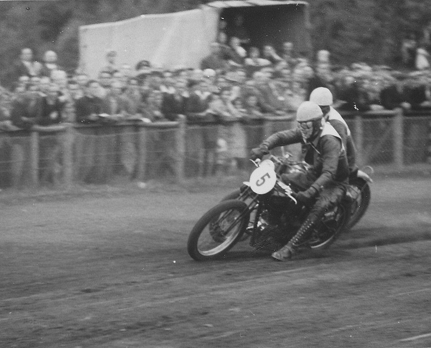 Hjalmar Bisgaard nr. 5 startede på sin Velocette i juniorklassen.