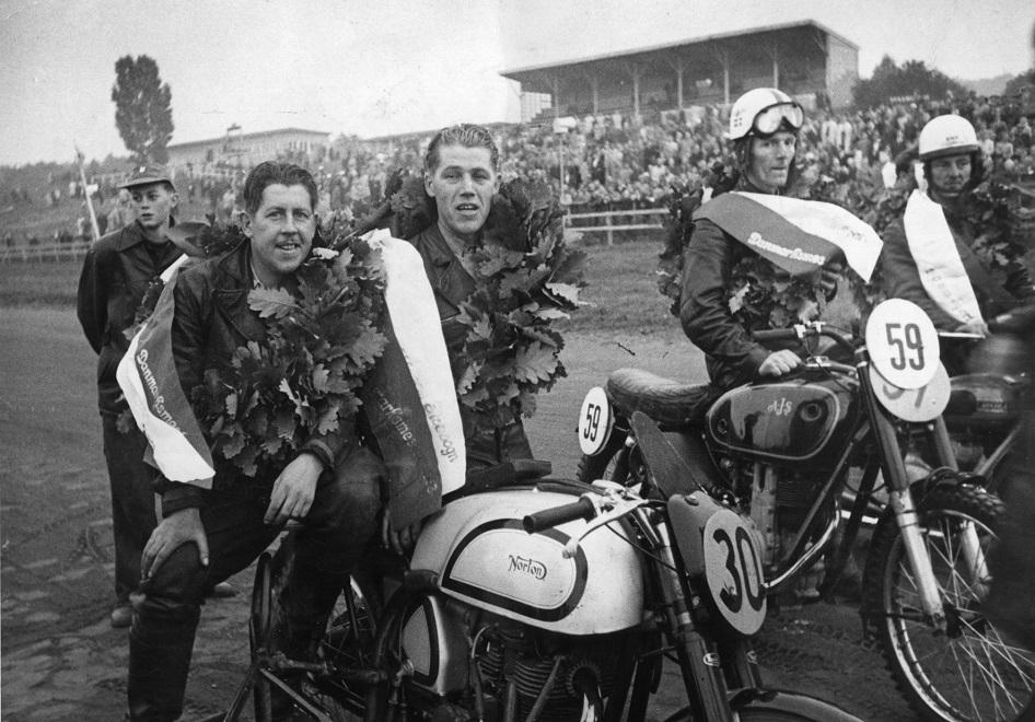 Nr. 30 Kresten Krestensen/Harry B. Andersen mestre i Sidev. 750cc og Henrik Bækgård nr. 59 mester i 350cc klassen på sin AJS 7R