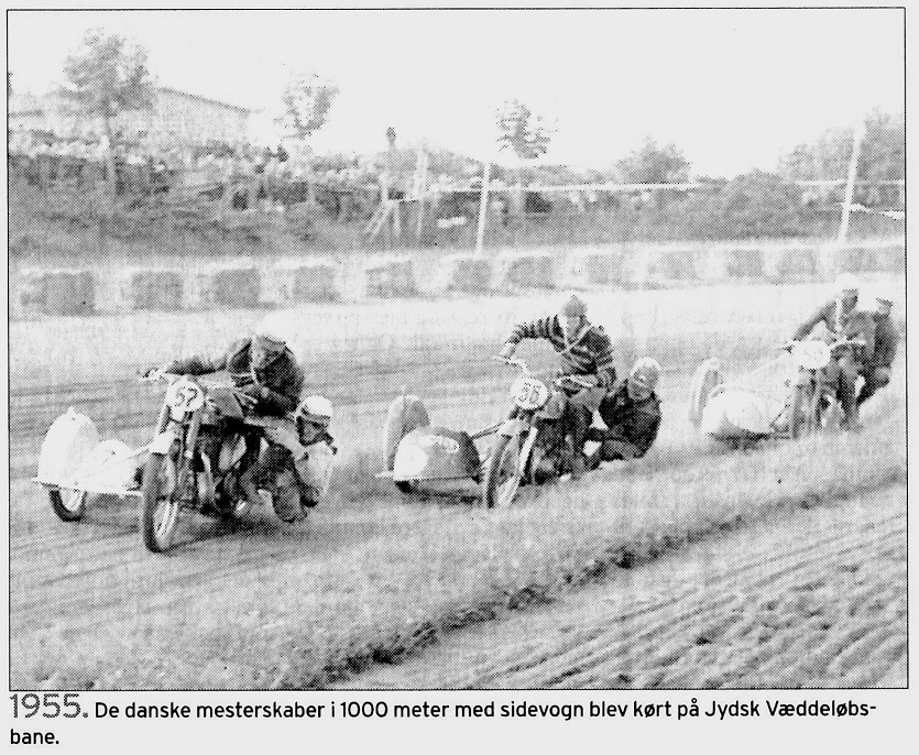 "Billede fra ""Stiftens"" omtale ved klubbens 75 års Jubilæum. Billedet er fra 650cc sidevognsklassen, hvor den kommende danmarksmester Hans Th. Jacobsen/Gilbert Jacobsen ligger i front foran Harry Pedersen/G. Williams."