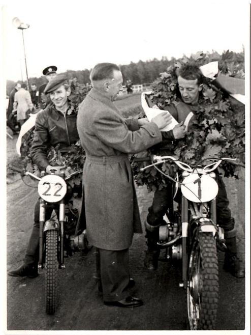 Chr. Wenderby lykønsker Arne Pander, der vandt både 250cc og special. Nr. 22 er mesteren i 175cc Kjeld Jensen, Ålborg.