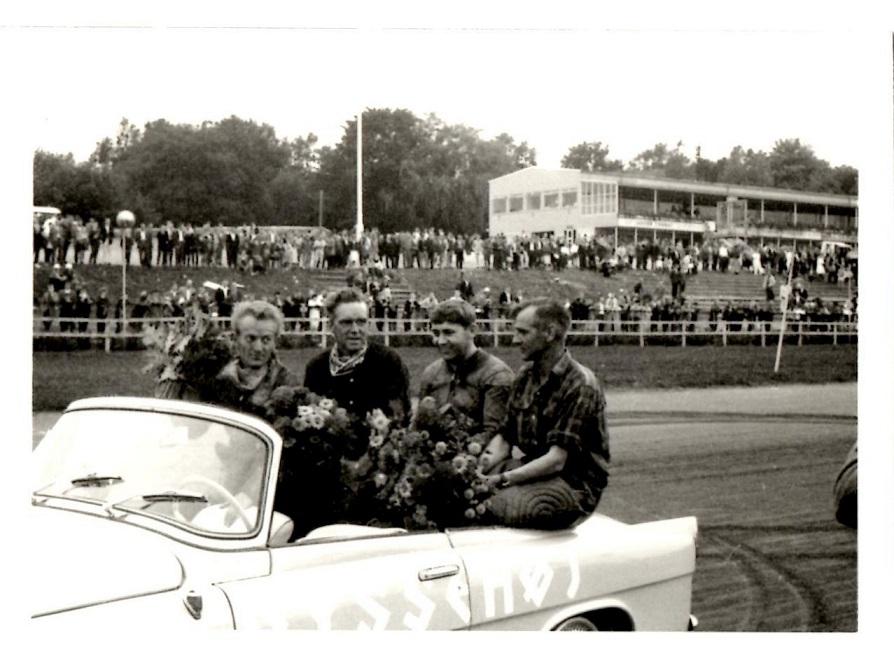 Dagens sejrherrer på æresrunde. Fra venstre Peder Korsgaard, Leo Backmann Skovsen, Hoffmeister og Søren Juul.