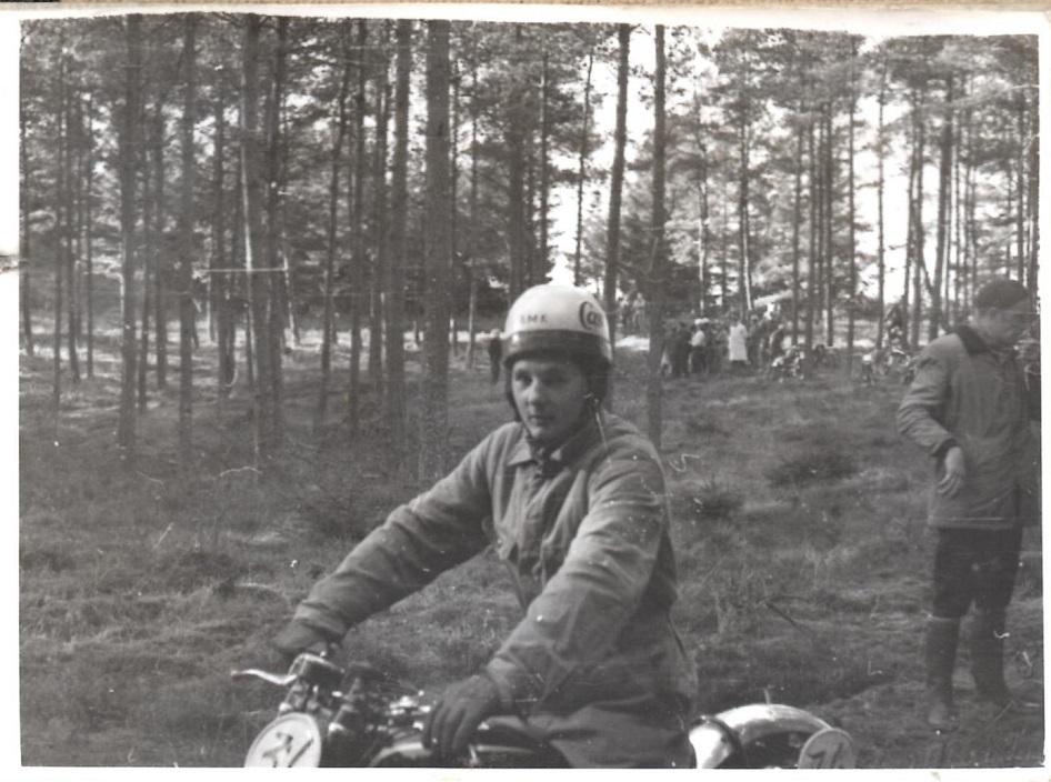 Som ansat ved Knud Nielsen kunne man jo nemt blive indfanget i motorsporten. Navnet på ham her er gået i glemmebogen p.t.