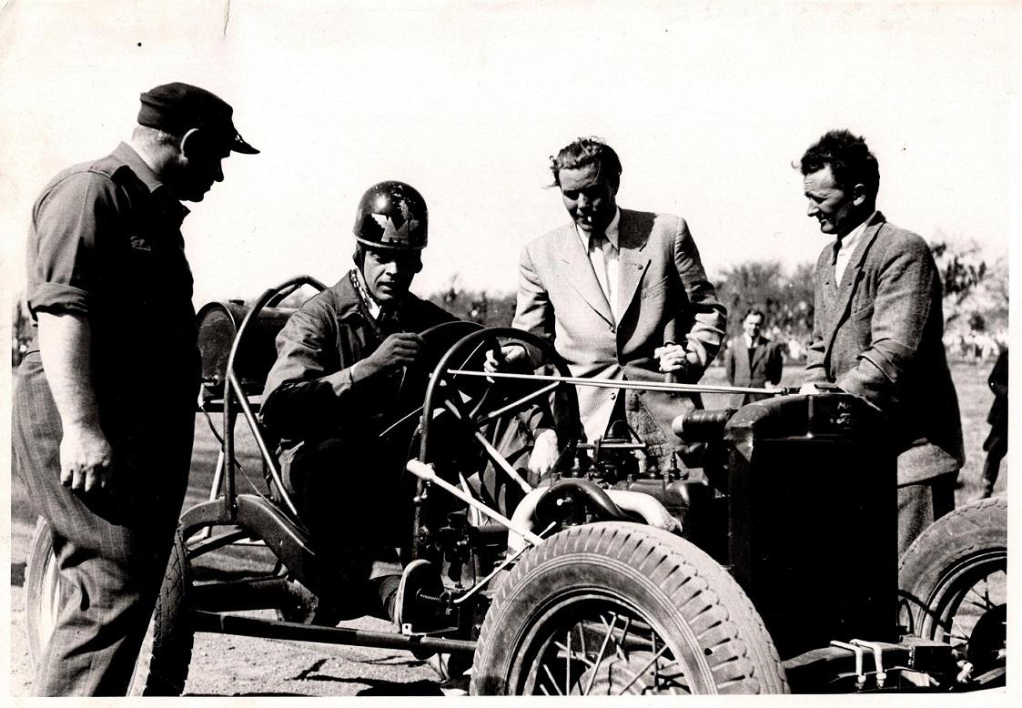Dansk-amerikaneren Viggo Hougaard i sin Ford special. Til venstre løbsleder Verner Sejersen. Til højre starter Chr. Lindberg. Til højre for Hougaard en repræsentant for automobilunionen.
