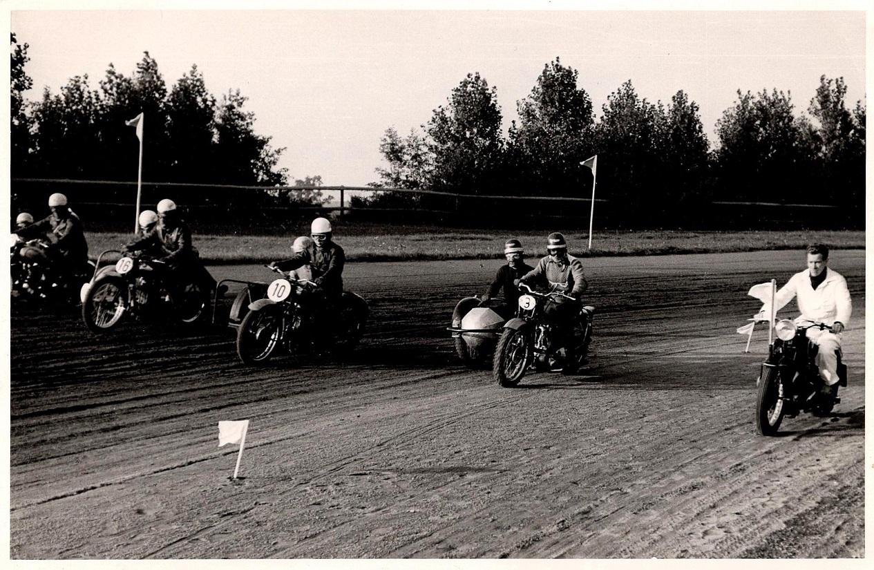 Startmaster Henning Pedersen leder feltet frem til start. Nr. 3 Willy Baasch, 10 Axel Wang Hansen, 16 Hans Th. Jacobsen.