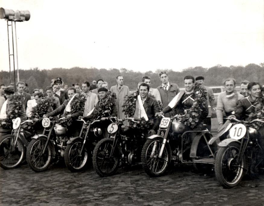 Danmarksmestre 1951. Fra højre Axel Wang Hansen, Arne Svendsen, Niels Blumensaadt, Henrik Wozny, Johs. Mygind, Kiehn Berthelsen og Bent Jensen.