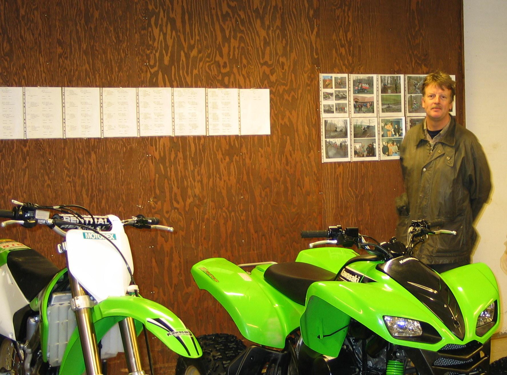Raymond og Finn Thomsen skal selvfølgelig køre Kawasaki. Bemærk tidligere års resultater og billeder, som Jens Jørgen har ophængt på porten.