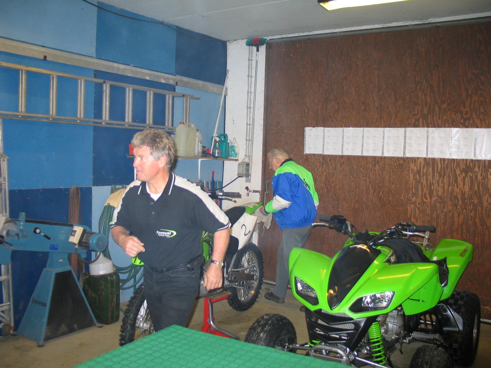 Finn Thomsen har travlt, han skal ud at køre Quad og sønnen Raymond skal køre mc.