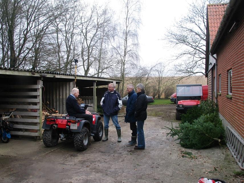 Hyggesnak. Fra venstre Carl, Lars P., Krause og fru Vibeke.