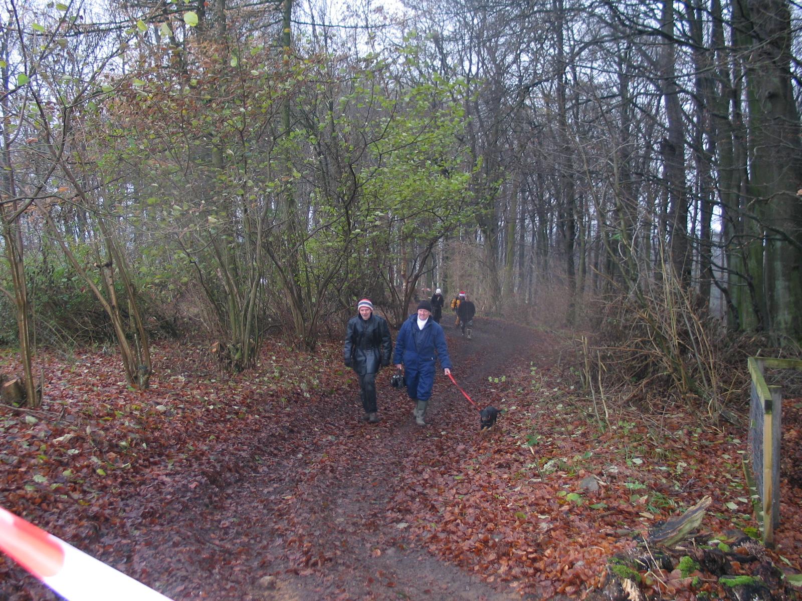 Hjemtur efter et par timer i skoven. Svend Andersson tv.