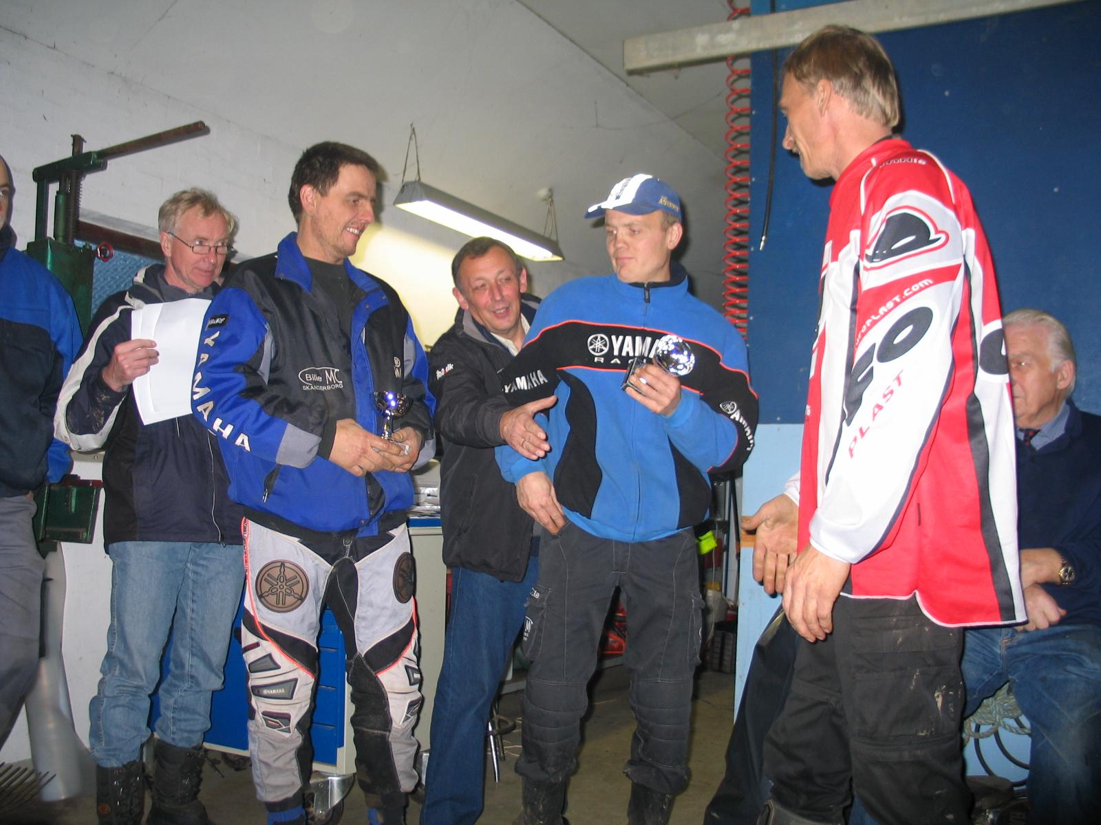 John Bille i midten får endnu en sejr i Quad Maxi. 2. pladsen deles af Maxi Kær og Ivan Sylvester, der blev helt lige i tid.