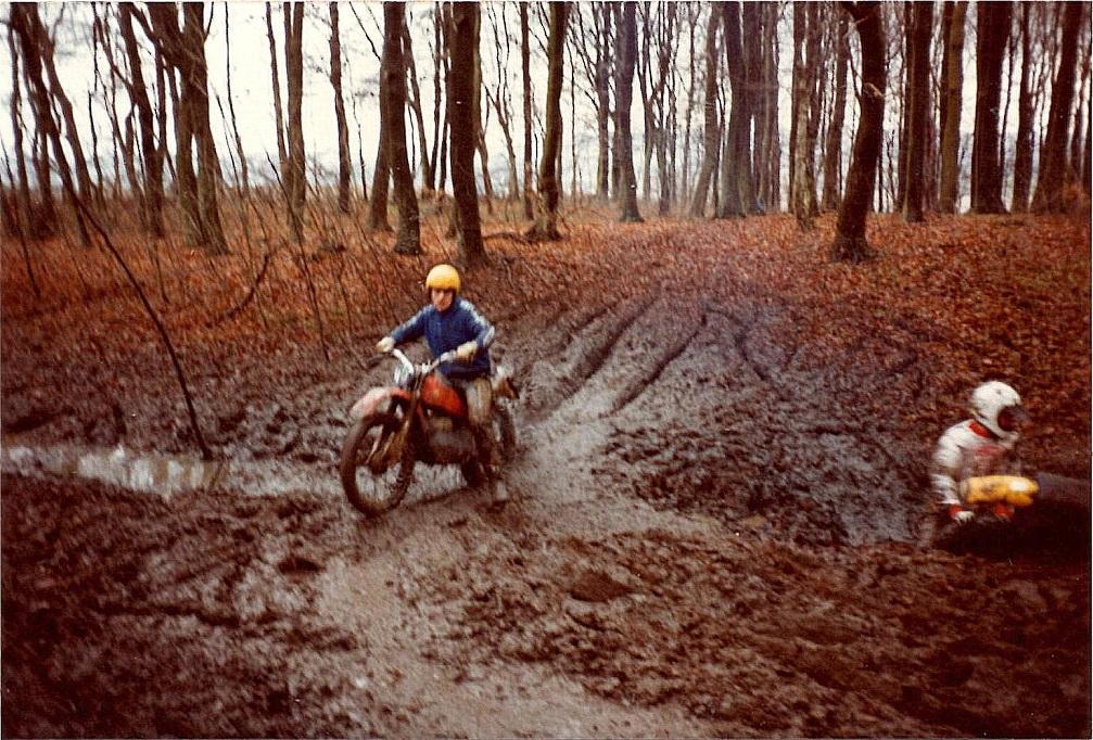 1982 - Henrik Vedel forcerer den vanskelige sump i udkanten af Carls skov. Til højre endnu en strandet kører i den vanskelige passage