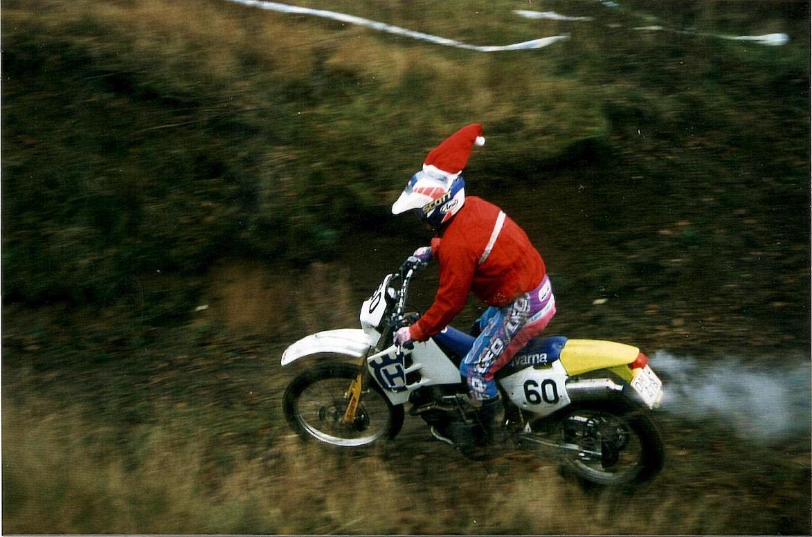 1997. Kim Kjær havde anskaffet sig en Enduro-cykel. I det vanskelige terræn var den lidt tung, så han vandt ikke denne gang, men på cyklen vandt han DM i Enduro 1998.