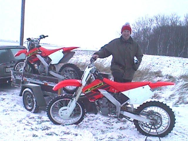 Steen Normann møder med to nye Honda 2000 crossere.