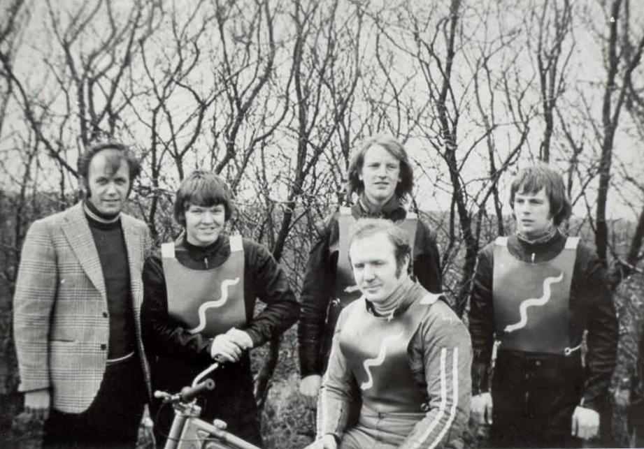 Det allerførste Python-hold. Billede fra holdets første match i Hvidsten 15. april 1972. Fra venstre holdleder Henning Damsgaard, Finn Thomsen, Steen Normann, John Williams. På cyklen holdkaptajn Frank Damgaard.
