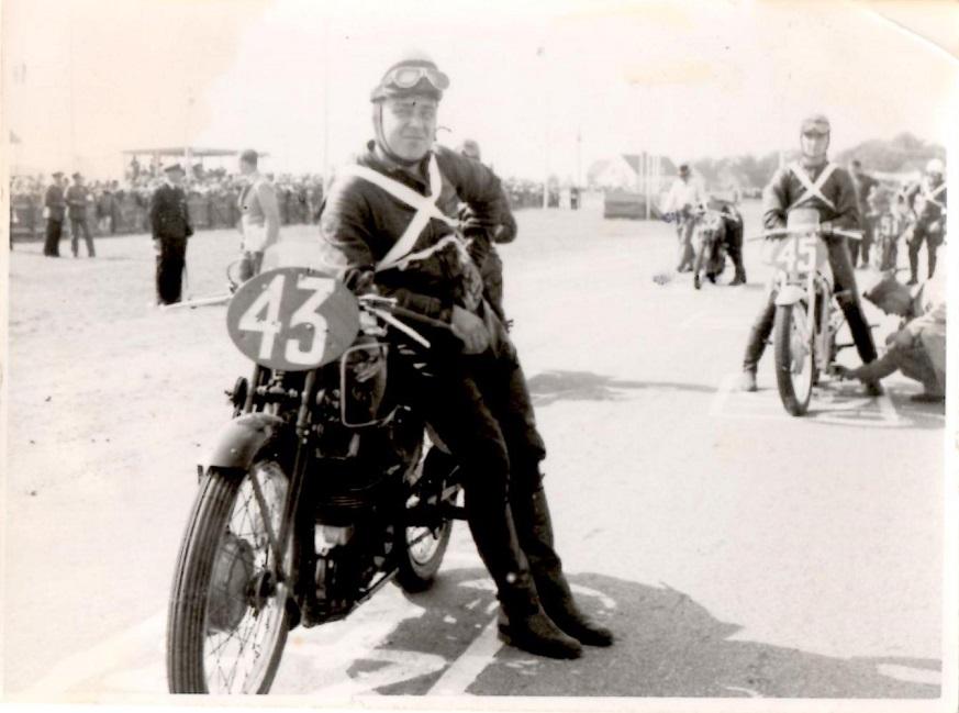 Englænderen E.R.Thomas klar til start på sin Velocette i 350cc klassen. I baggrunden tyskeren Siegfried Wünche på DKW.