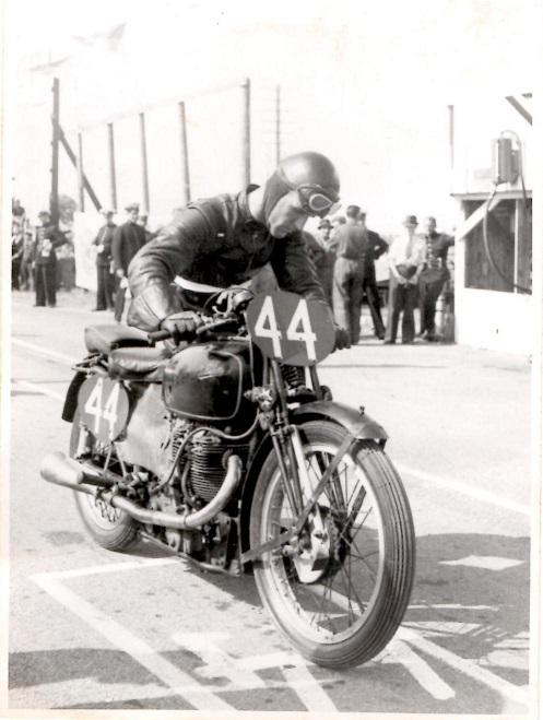 Nr. 44 englænderen E.A. Mellors, der blev nr. 2 på sin Velocette i 350cc klassen.
