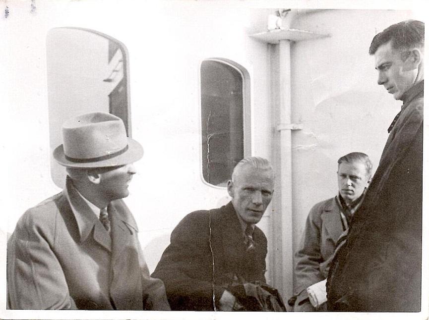 """Færgeturen mod Sverige. Yderst til højre """"Murerras"""" Henry Jørgensen."""