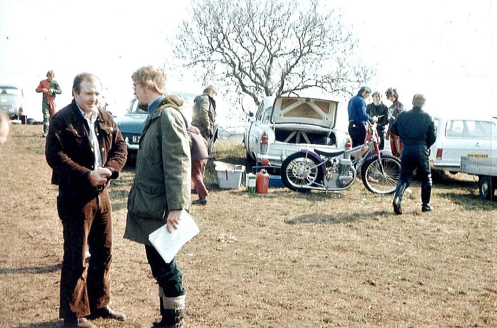 Frank Damgaard og Lars Pedersen i snak. I baggrunden ses Jørgen Petersen, Krause, Hans Bisgaard og med ryggen til Valther Jørgensen.