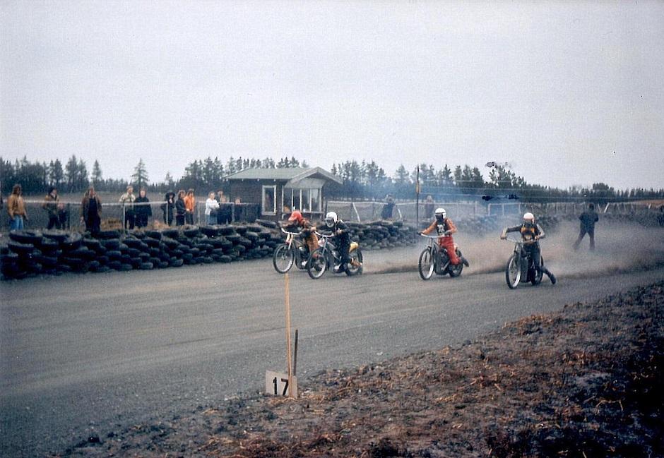 Uhre 1975 svenskertræning. Krause nr. 3 fra venstre. På inderbanen Roger Björkman.