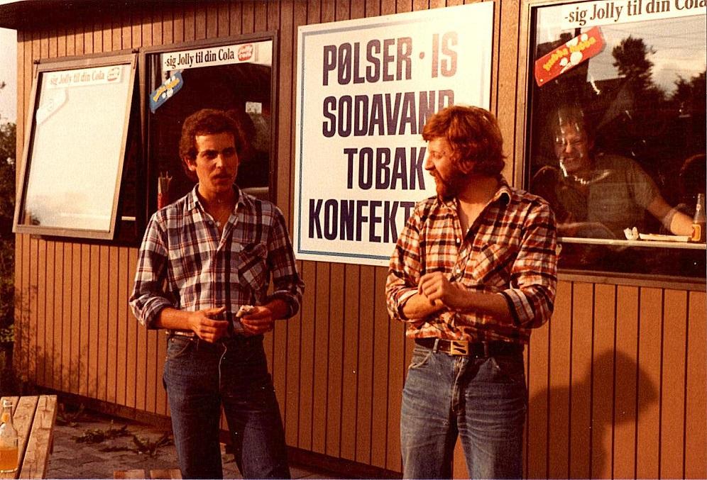 Niels Sejr og Peter Petersen styrker sig på vej til færgen.