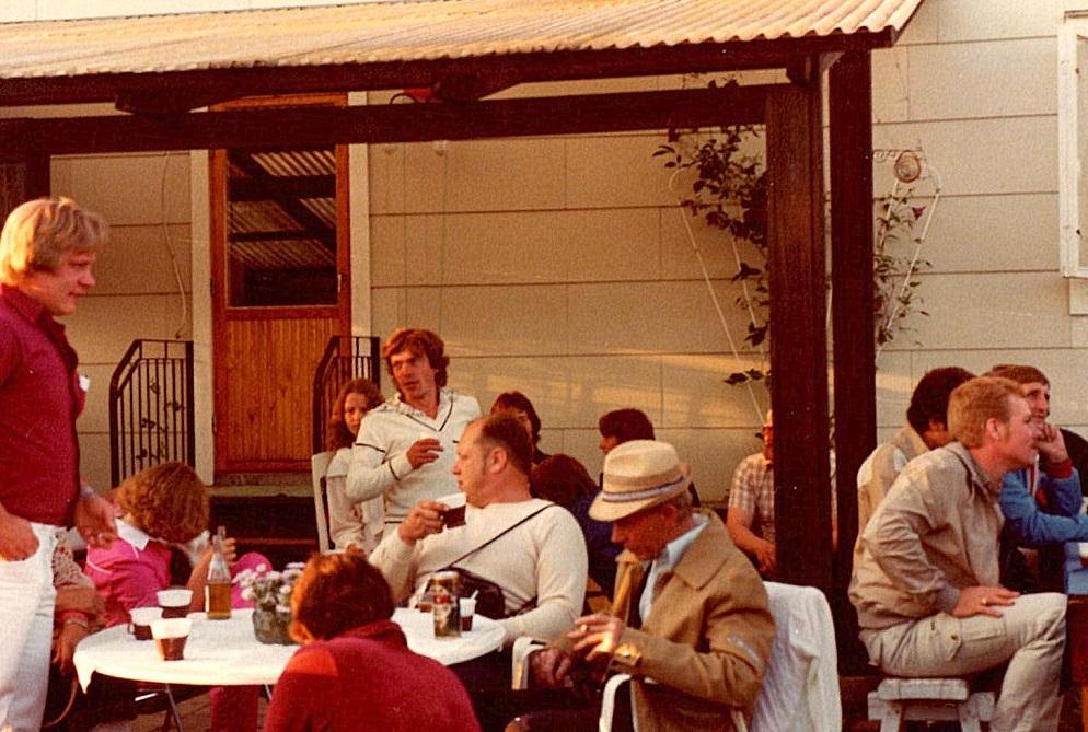 Fest hos Bengt og Birgitta. I forgrunden Sven Ljungdal, formand i klubben og Karl.