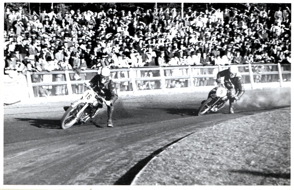 Aarhus Stadion okt. 1946. Leif Hirsborg foran Knud.