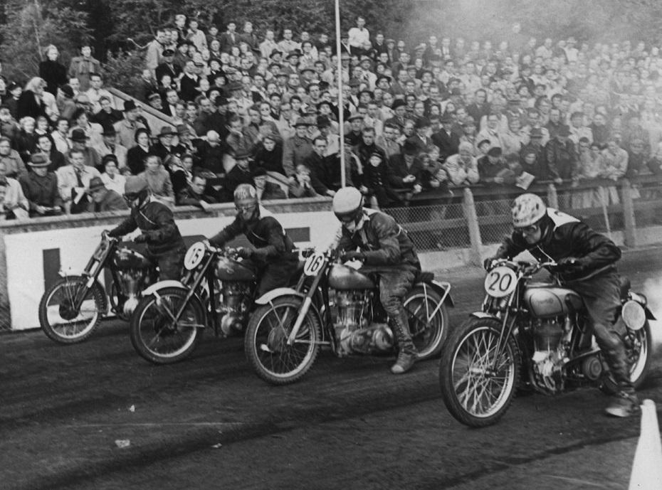 Aarhus Stadion okt. 1950. Fra venstre Poul Kalør, Aage Iversen, Ejvind Hansen og Knud med nr. 20.