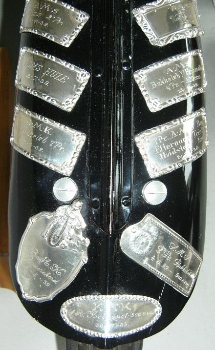 Plaquetterne i nærbillede. Et nøjere studium viser, at en af plaquetterne er den, som Knud vandt i sit debutløb i Hvidsten i 1938.