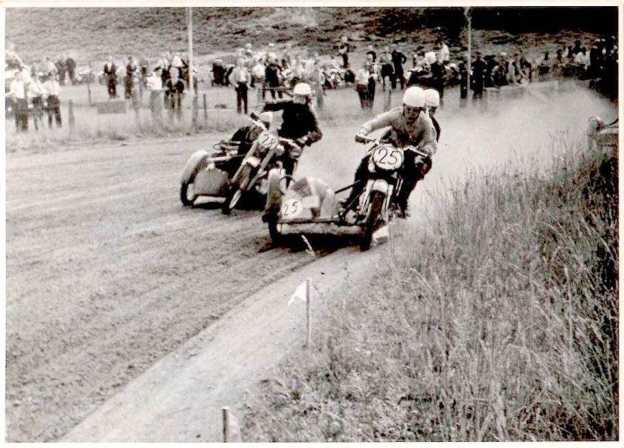 JM Løvel 1955. Kresten foran Bakmand med den flexible sidevogn.
