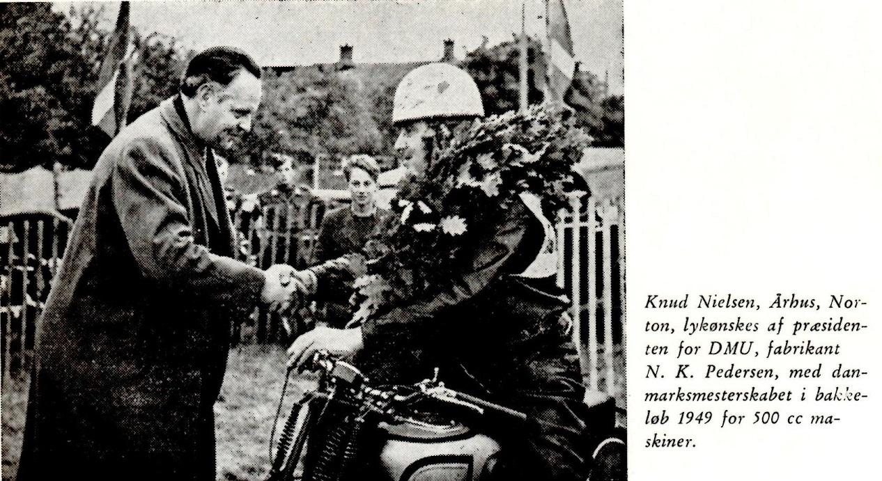DM Bakkeløb Volk Mølle 1949. Fra Den Blå Bog. Præmieoverrækkeren er Motorbladets redaktør Carsten Meyer Petersen og ikke præsidenten som anført.