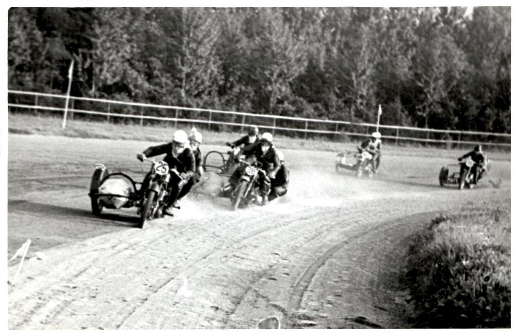 DM 1951 på Jydsk Væddeløbsbane. Kresten i front med nr. 25. Nr. 38 er Hans Nielsen på BMW.