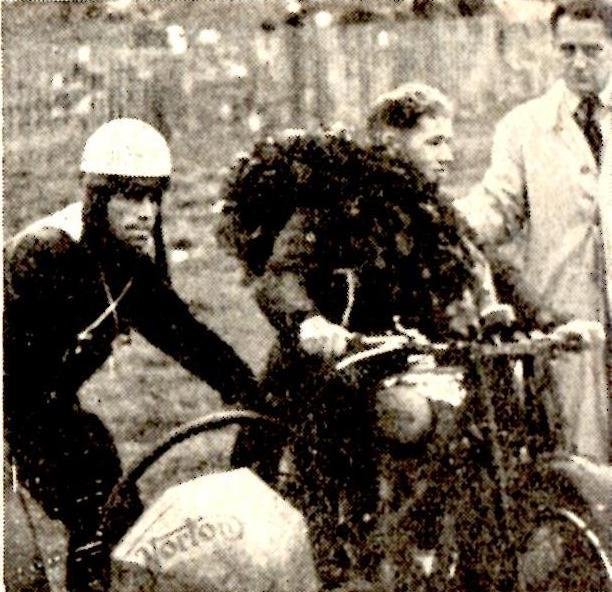 DM Bakkeløb Volk Mølle 1949. Kresten og  Poul Bøgehøj lykønskes med sejren.