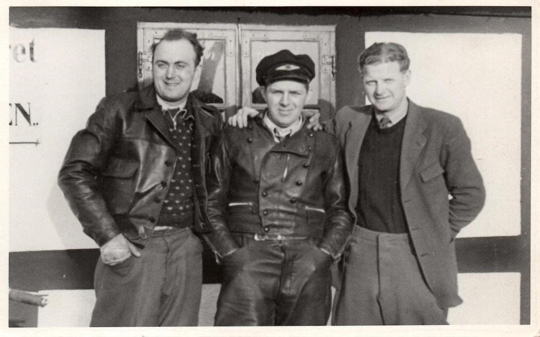 Tre gode venner foran Hvidsten Kro i 1946, måske 1947. Fra venstre Knud Nielsen, Viggo Thomadsen og Peter Staal.