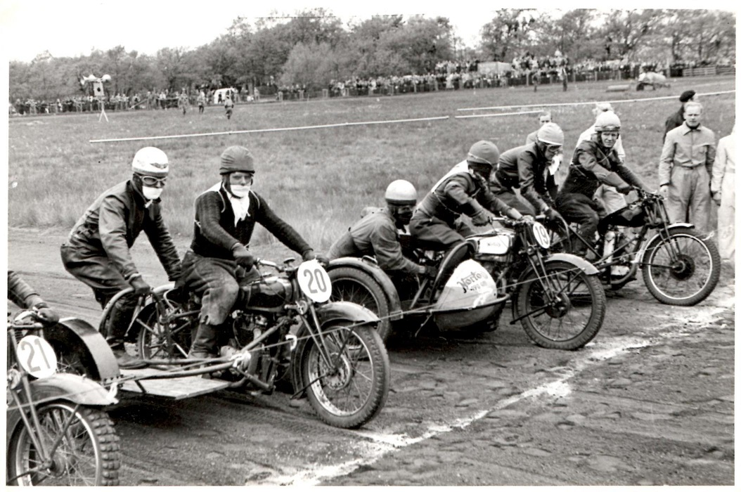 Hem Odde maj 1950. Klar til start. Kresten nr. 19 sejrede på dagen foran Vagn Poulsen nr. 20 og Henrik Bækgård, der holder på inderbanen.