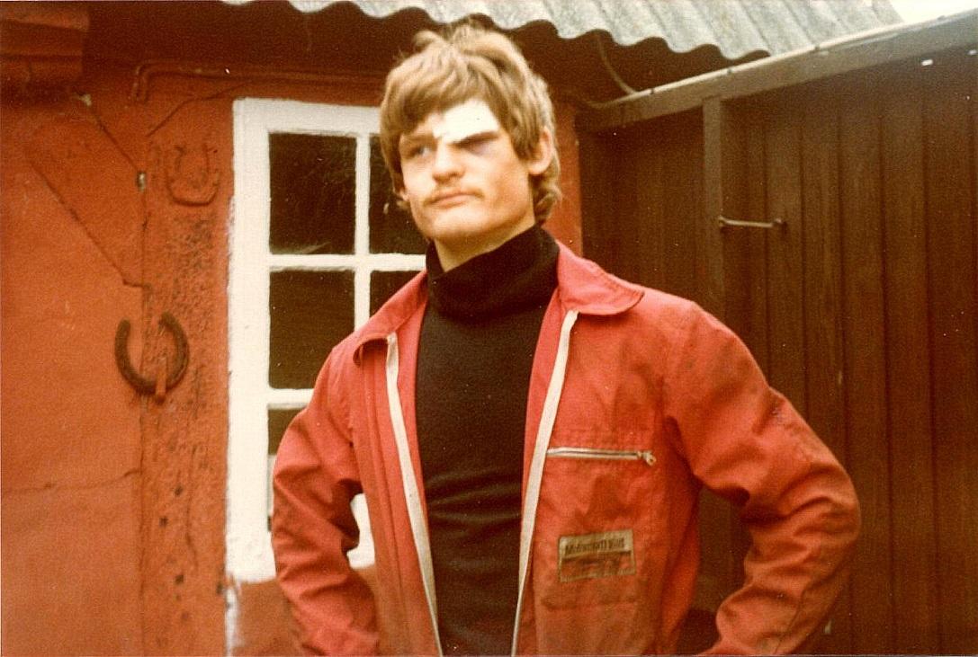 Kim Kjær fik en flænge over øjet ved løbet i 1979. Her ses han ved hjemkomsten til Stautrup.