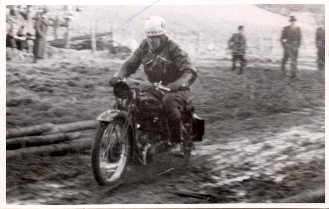 Hvidsten Trial foråret 1946. Knud på en ny Royal Enfield 350cc. Hans firma var forhandler for importøren Vilh. Nellemann, der havde været heldige at finde et parti nye cykler i efterkrigstidens mangelsituation.