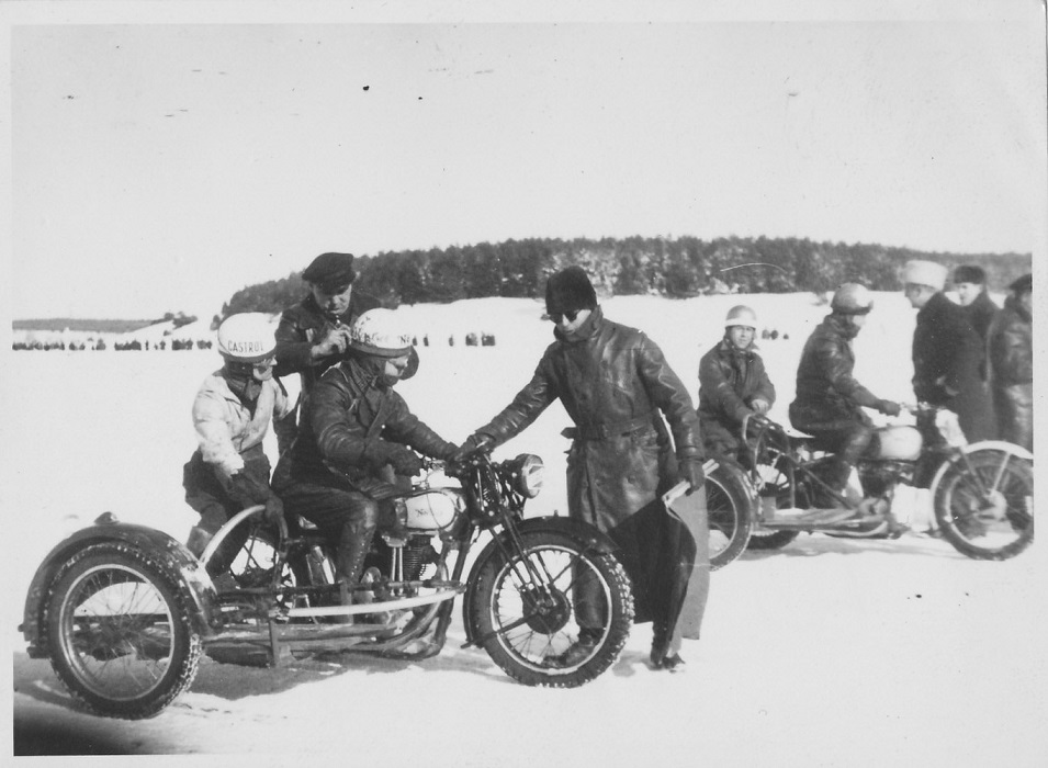 Isbaneløb på Glenstrup Sø i februar 1947. Kresten og Frede nærmest gør klar til start.