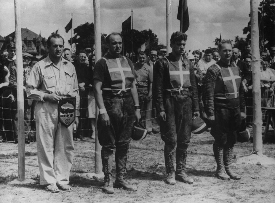 Moto Cross des Nations i Namur, Belgien aug. 1951. Det var første gang Danmark deltog. Fra venstre holdleder Knud Skovgaard fra AMK, derefter de tre deltagere fra Danmark Knud Nielsen, Ejvind Hansen og Poul Kalør.