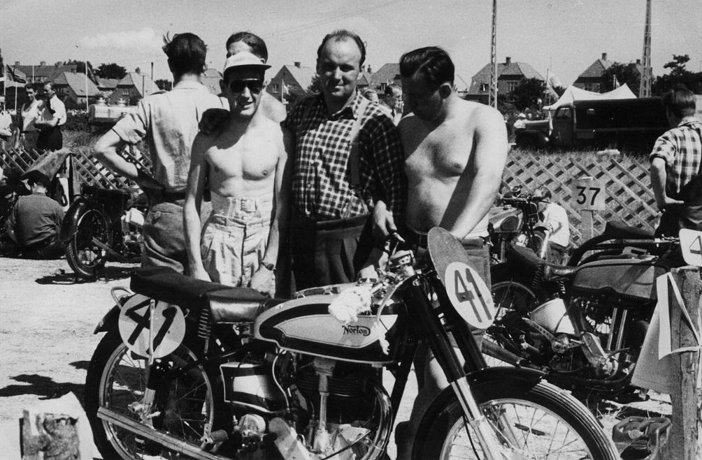 Ringvejsløbet i Køge 24. juli 1949. Knud Nielsen ses i midten mellem Basse Hveem til venstre og Kjell Backe til højre. Cyklen er Basse Hveems Norton.