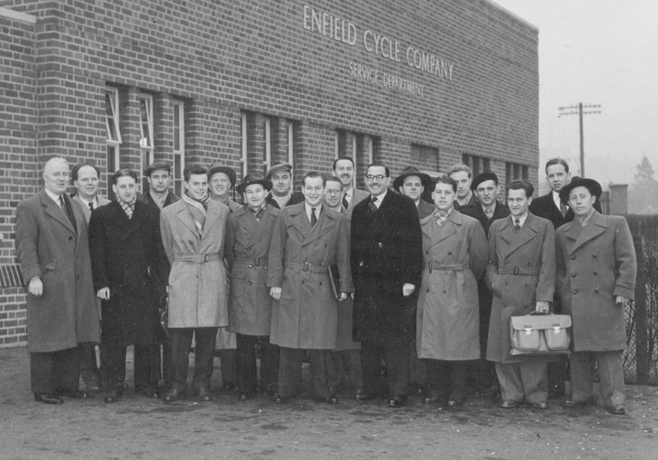 Knud og Kresten ses i flokken fra et besøg på Royal Enfield fabrikken. I midten forrest med mappe under armen ses Kondrup, der var forretningsfører for importøren Vilh. Nellemann.