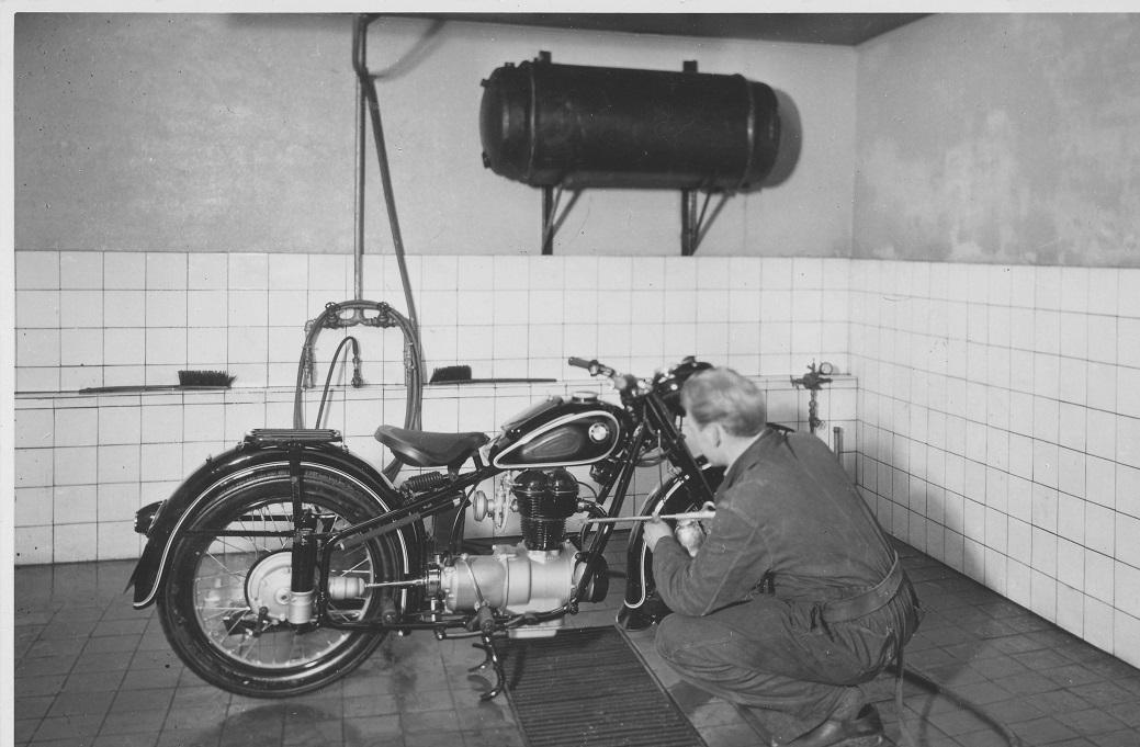 Bent Rasmussen renser en BMW i rengøringsafdelingen.