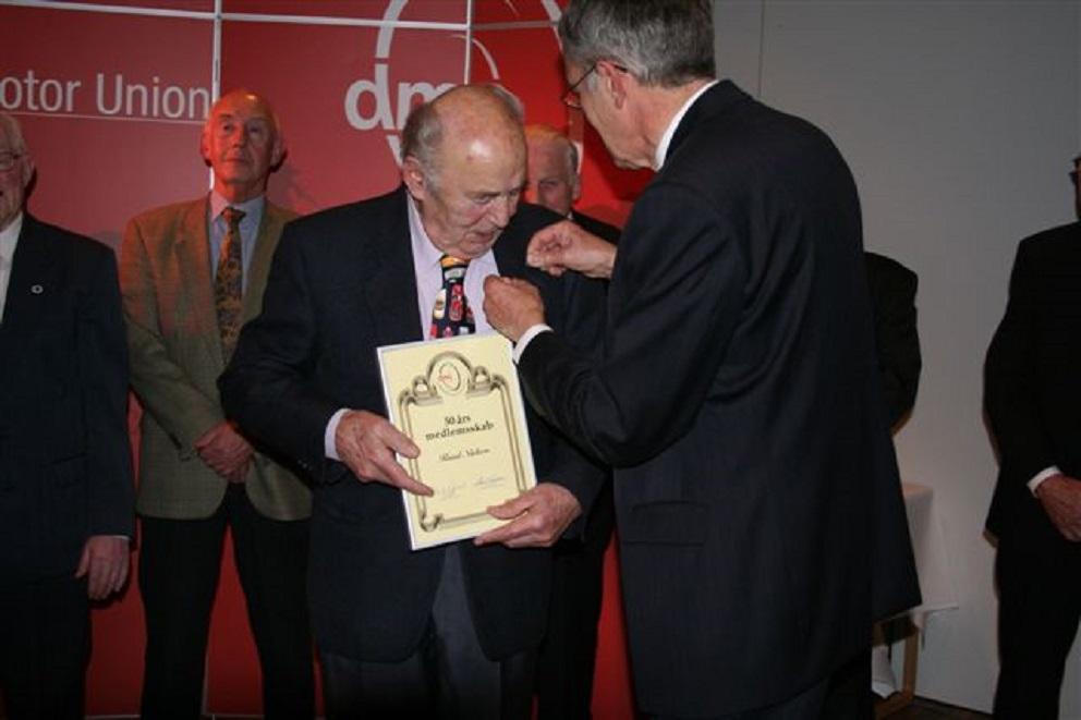 Knud modtager sit diplom af DMU´s formand Henrik Nørgaard ved repræsentantsskabsmødet i Horsens 2006.