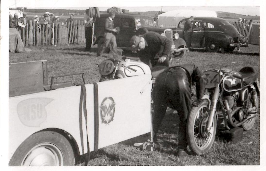 Kresten deltog på Matchless G45 ved TT-løbet i Kristianstad 1953. Kresten klargør her cyklen. Det er Knud Nielsens Norton ved siden af med nr. 19.