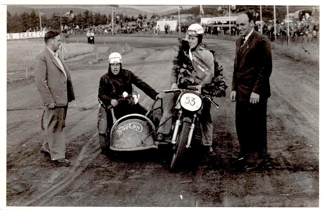 JM Løvel 54. Dagens sejrherrer i sidevognsklassen 500cc Kresten og P.Mut. på langslags Norton.