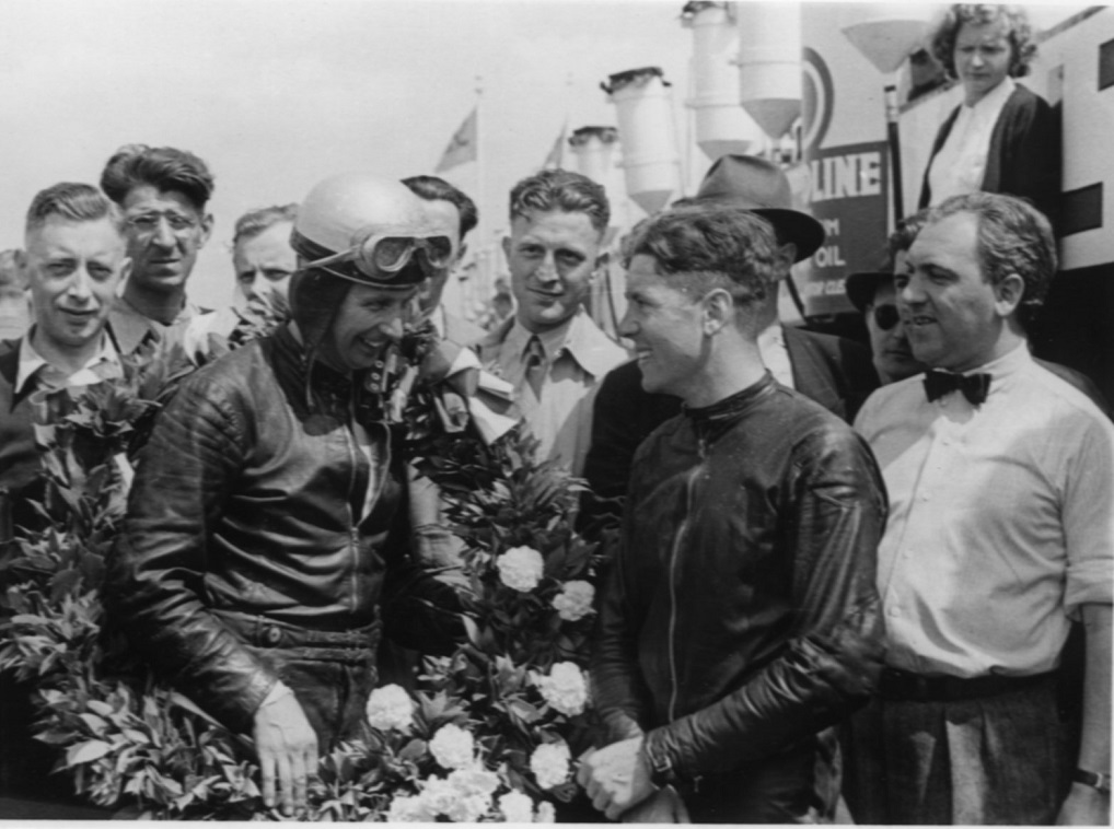 Bob Foster, England på Velocette vandt 350cc klassen. Han lykønskes af klassens nr. 2 Geoff Duke th. Duke kørte Norton.