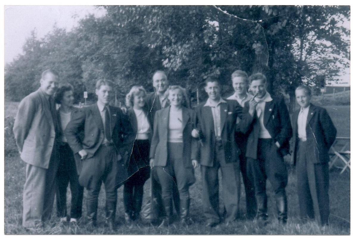 "Fra venstre Carlo og Inger Sejr. Kresten, Tulle og Knud Nielsen, Gerda Krestensen, ""Putimut"", Bent Rasmussen, Aksel Müller og yderst th Knuds nevø Poul."