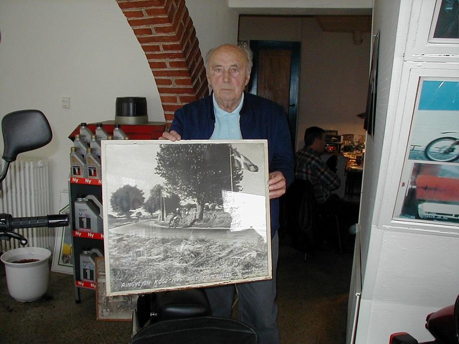 Knud med et billede af sig selv fra Ringvejsløbet i Køge. Billedet hang i forretningen.