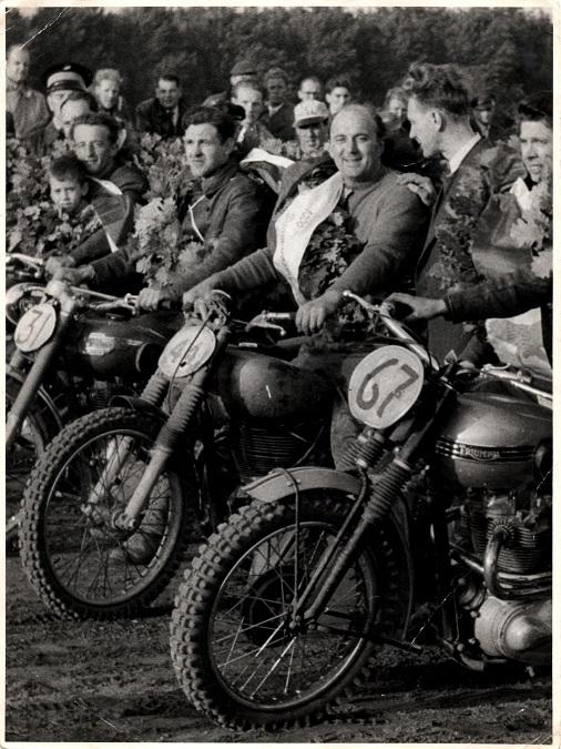 Danmarksmestre 1956 på Århus Travbane. Fra venstre Arne Pander, Harry Hansen, Havndal, Knud Nielsen. Nr. 67 er Willy Baasch, men Willy selv er uden for billedet.