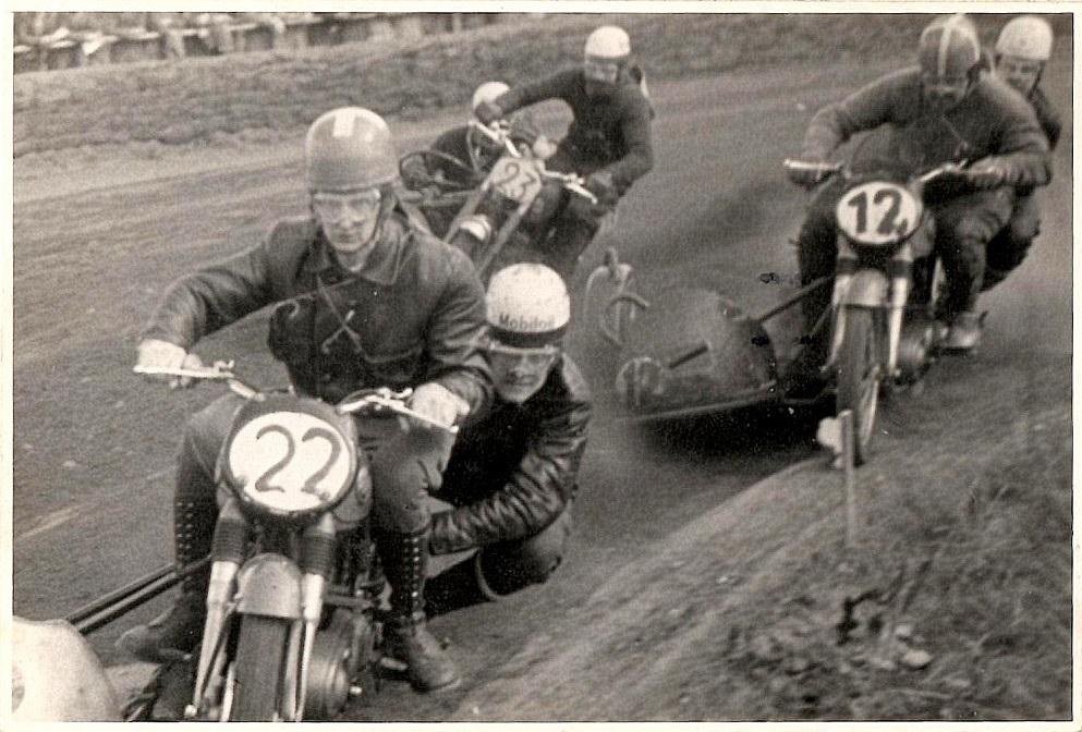 """Knud Nielsen med """"Putimut"""" i sidevognen vikarierer for Kresten Krestensen. I front Harry Pedersen/Henning Krogh. Nr. 23 er Bakmand Skovsen med sin flexible sidevogn.  Løvel 21. maj 1956."""