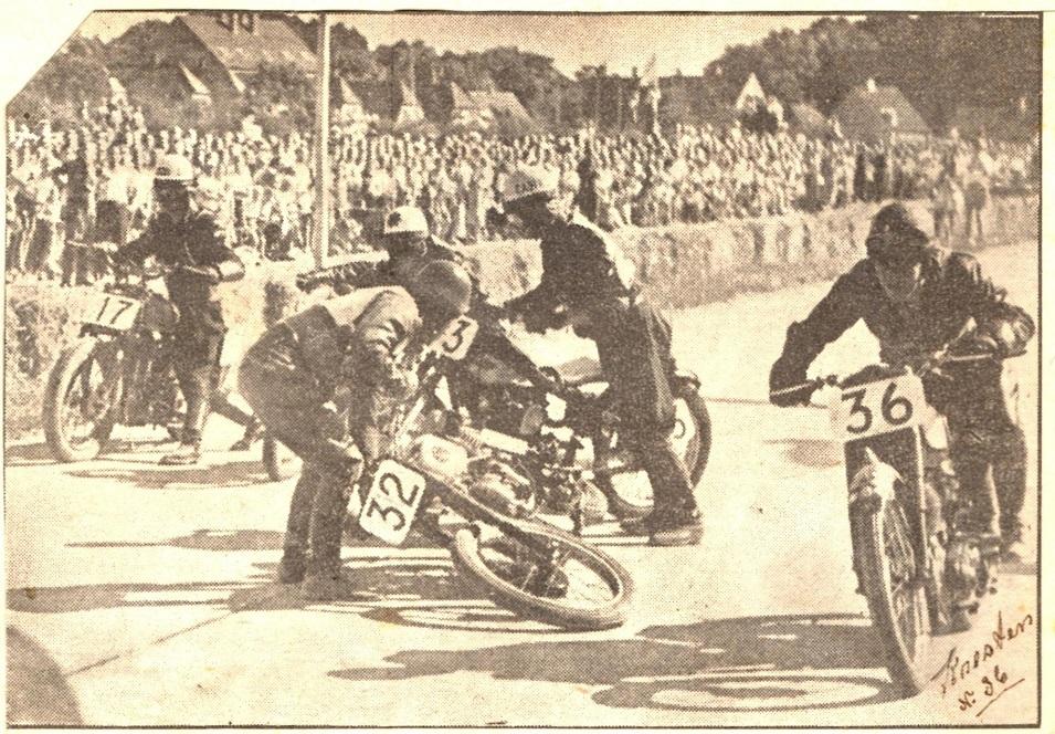 Ringvejsløbet i Køge. Kresten ses med nr. 36. Nr. 32 Gunnar Due har problemer og det går bl.a. ud over Josef Koch bagved med Nimbus nr. 33.
